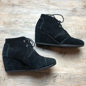 ⬇️ $25 Toms black suede leather wedge booties